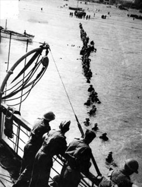 British troops evacuating Dunkirk's beaches, France, 1940