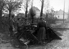 Hungarian soldiers man antitank gun, Budapest 1944
