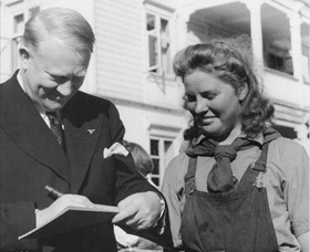 Quisling signing autograph, 1943