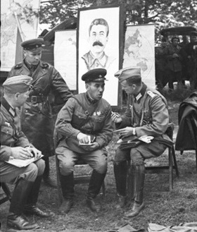 German and Soviet soldiers share experiences, Brest, September 22, 1939