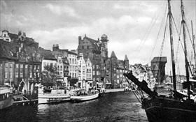 Danzig's River Mottlau waterfront between wars