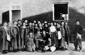 Liberated women, Gęsiówka concentration camp, Warsaw, August 1944