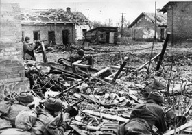 Soviet soldiers defend themselves amid Stalingrad ruins