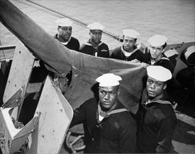 Gunner mates on USS Mason