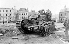 German soldiers examine British tank, Dieppe, August 19, 1942